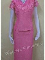 ชุดผ้าไหมญี่ปุ่นสำเร็จรูป ปักมุข แต่งด้วยลูกไม้นอก สีชมพู เสื้อ+กระโปรงยาว เบอร์ 36
