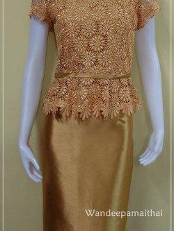 ชุดผ้าไหมอิตตาลี เสื้ิอแต่งด้วยลูกไม้นอกทั้งตัว สีน้ำตาลทอง เสื้อ+กระโปรงยาว เบอร์ 36