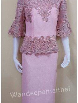 ชุดผ้าไหมญี่ปุ่นแต่งด้วยลูกไม้นอกสอดดิ้น ทั้งด้านหน้าและด้านหลัง เสื้อ+กระโปรงยาว สีชมพู เบอร 40