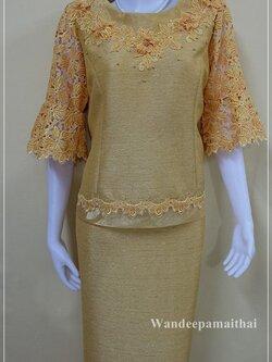 ชุดผ้าไหมญี่ปุ่น แต่งด้วยลูกไม้นอกสอดดิ้น แขนสามส่วน เสื้อ+กระโปรงยาว เบอร์ 44 สีไพรทอง