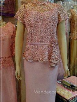 ชุดผ้าไหมญี่ปุ่น ด้านหน้าแต่งด้วยลูกไม้นอกสอดดิ้น เสื้อ+กระโปรงยาว สีชมพู เบอร 42