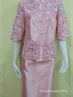 ชุดผ้าไหมอิตาลี แต่งด้วยลูกไม้นอกสอดดิ้น กระดุมหน้า สีโอรสชมพู เสื้อ+กระโปรงยาว เบอร 42