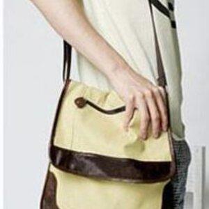 กระเป๋าผ้าตกแต่งด้วยแถบหนังทรงสี่เหลี่ยมแนวตั้ง สะพายเบาๆจ้า